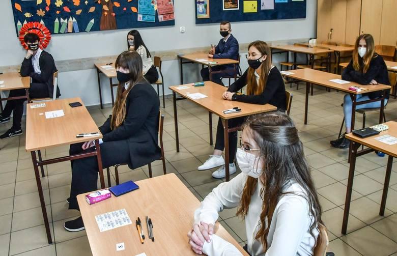 Jak poszło uczniom z egzaminem z matematyki? Jakie były zadania i jak powinny wyglądać rozwiązania?Na kolejnych zdjęciach znajdziecie arkusz zadań i