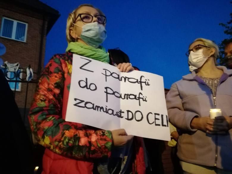 """Protest w Kaliszu jest echem filmu braci Sekielskich """"Zabawa w chowanego"""", który ujawnia kolejne przypadki pedofilii w Kościele. Jednym"""