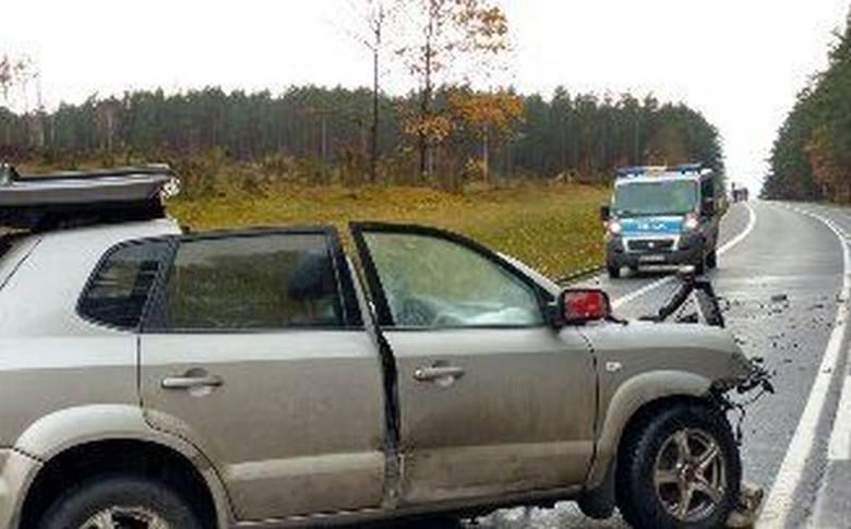 Kierujący huyndaiem, z niewyjaśnionych przyczyn zjechał na przeciwległy pas jezdni i czołowo zderzył się z jadącym z naprzeciwka fordem.