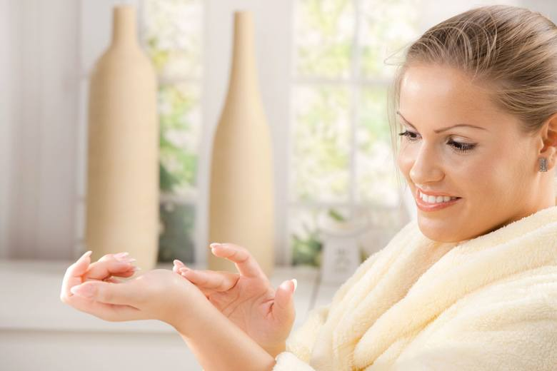Żel antybakteryjny do rąk powstał, aby umożliwić mycie skóry dłoni bez użycia wody i mydła. Mała tubka zmieści się w torebce i przyda podczas podróży,