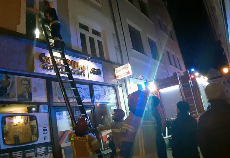 W sobotę, 14 grudnia, wieczorem strażacy wchodzili przez okno do mieszkania nad barem Czar PRL-u na rynku w Zielonej Górze. Na miejsce przyjechała również