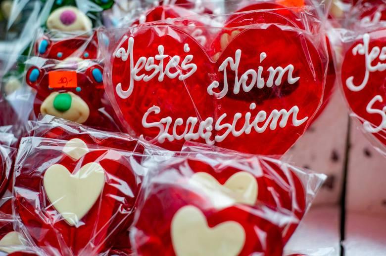 Walentynki 2021 w Poznaniu będą inne niż zwykle. Jednak zakochani będą mogli wyjść na miasto. Otwarte są kina, teatry, muzea i hotele.