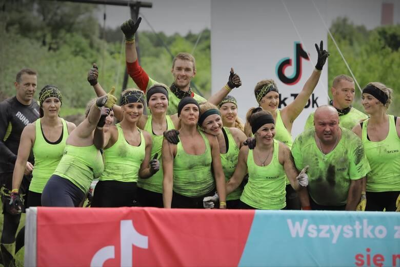 Brudni, zmęczeni, ale szczęśliwi. W miniony weekend do Warszawy wybrała się grupa 18 osób z Szydłowca na runmageddon, a więc ekstremalny bieg z przeszkodami.Do