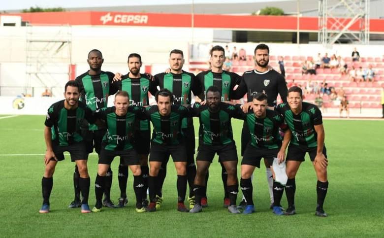 Hiszpanie po trzydziestce, lokalna młodzież, dwóch zawodników z Afryki i gwiazdor, który grał nawet na trzecim i czwartym poziomie rozgrywkowym w Anglii.