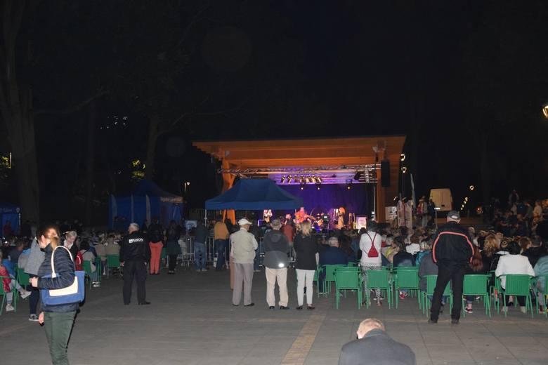 Tłumy stargardzian zjawiły się na otwarciu Teatru Letniego w parku Chrobrego. Mieszkańcom miasta bardzo się spodobał pomysł takiego spędzania wolnego