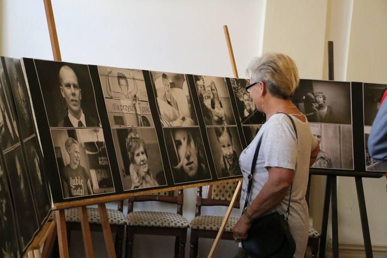 """Trzecia wystawa zdjęć Marcina Jaworskiego. Tym razem na fotografiach pojawiło się """"Sto twarzy"""""""