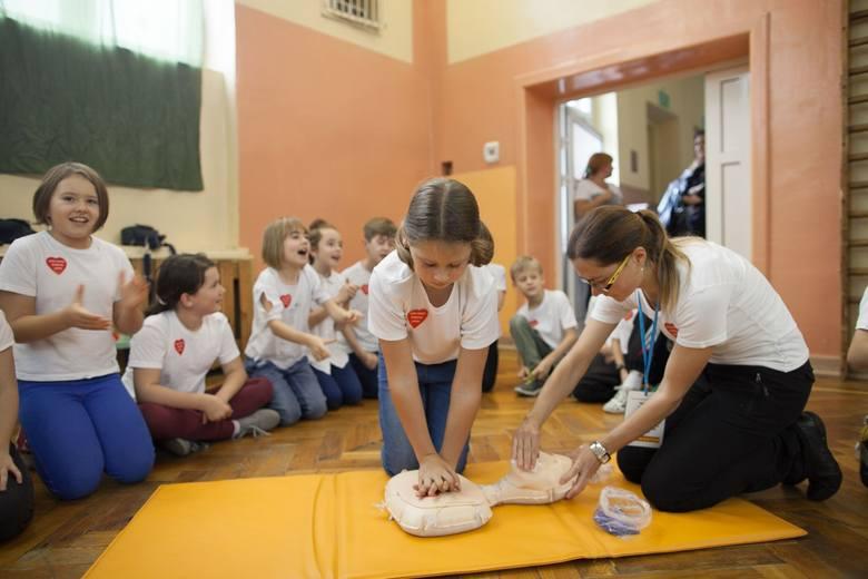 Uczniowie SP nr 35 w Łodzi bili rekord w udzielaniu pierwszej pomocy [ZDJĘCIA+FILM]