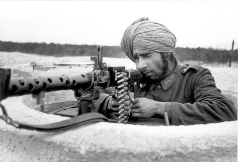 Żołnierz Ochotniczego Legionu Hinduskiego na umocnieniach Wału Atlantyckiego