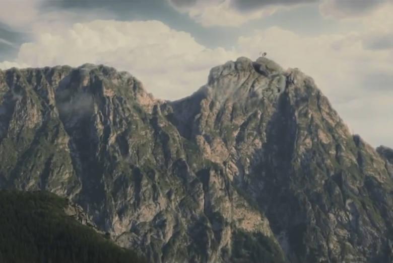 W wyobraźni małego Anglika słynna góra to śpiący olbrzym. Stąd brak krzyża w spocie