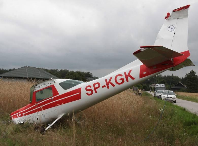 Zderzenie samolotów pod Radomiem: zabrany wrak drugiej maszyny (wideo, zdjęcia)