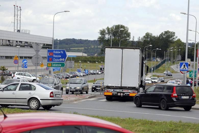 Trzy dni utrudnień na zjeździe z autostrady A4 na lotnisko w Balicach. Drogowcy będą wymieniać nawierzchnię