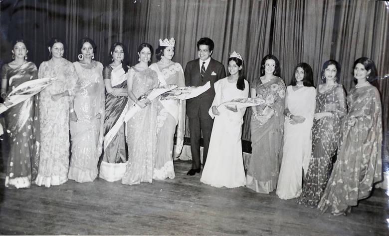Pamiątkowe zdjęcie wszystkich uczestniczek konkursu piękności Miss Indii z 1974,roku które odbyły się w Bombaju
