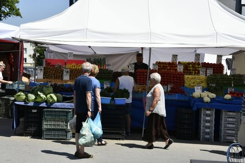 Spadają ceny owoców i warzyw na kieleckich bazarach. W piątek 18 czerwca notujemy kolejny spadek cen sezonowych owoców i warzyw - ogórków, pomidorów,
