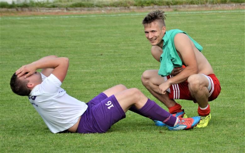 Hejnał Kęty zremisował na własnym boisku z Gorzowem (1:1), liderem oświęcimskiej klasy A. Na zdjęciu; Wojciech Waluś z rozpaczy aż łapie się za głowę,