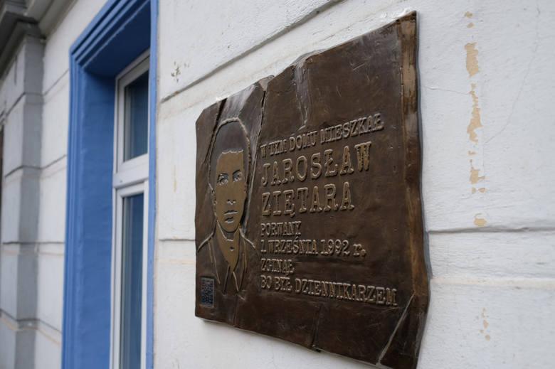 Tablica pamiątkowa na kamienicy przy ul. Kolejowej w Poznaniu, gdzie mieszkał Jarosław Ziętara. Spod kamienicy miał zostać porwany w dniu 1 września 1992 roku.