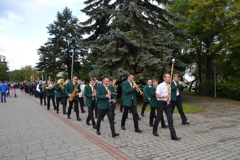 W tym roku podczas Dożynek w Dąbrowie pochód rozpoczął się w Parku Hallera, gdzie również odbyła się msza święta