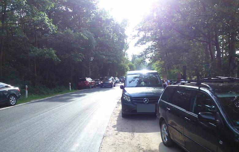 Ten problem to niekończąca się historia. Samochody parkujące na drogach rowerowych. Nie wolno tej sprawy ignorować. Z prostej przyczyny - bo to droga
