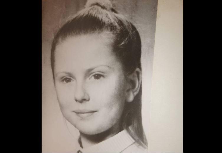 Ania, mierząca 146 cm wzrostu szczupła blondynka o zielonych oczach, mieszkała z rodzicami w kamienicy przy al. Kościuszki. Była jedynaczką. Jej mama,