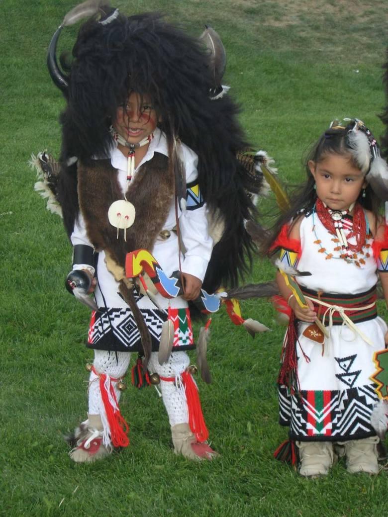 Mali tancerze Pueblo przygotowujący się do Tańca Bizona wykonywanego wraz z dorosłymi. Rezerwat Indian Ute, 2005 r.