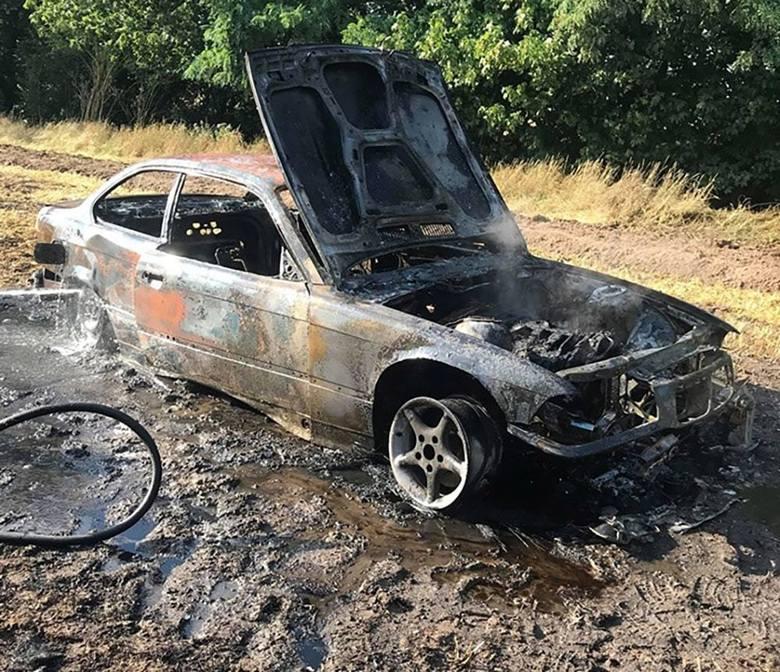 Strażacy OSP Witnica walczyli z pożarem samochodu osobowego oraz  ścierniska w okolicach miejscowości Kamień Mały.Do pożaru doszło w niedzielę, 21 lipca,