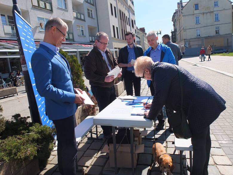 Zbieranie podpisów pod petycją na ulicy Krakowskiej.