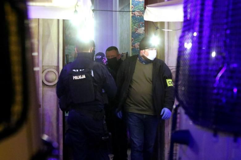 Sobota 24 kwietnia około 22.00 policjanci kontrolują klub Al Capone na wrocławskim Rynku