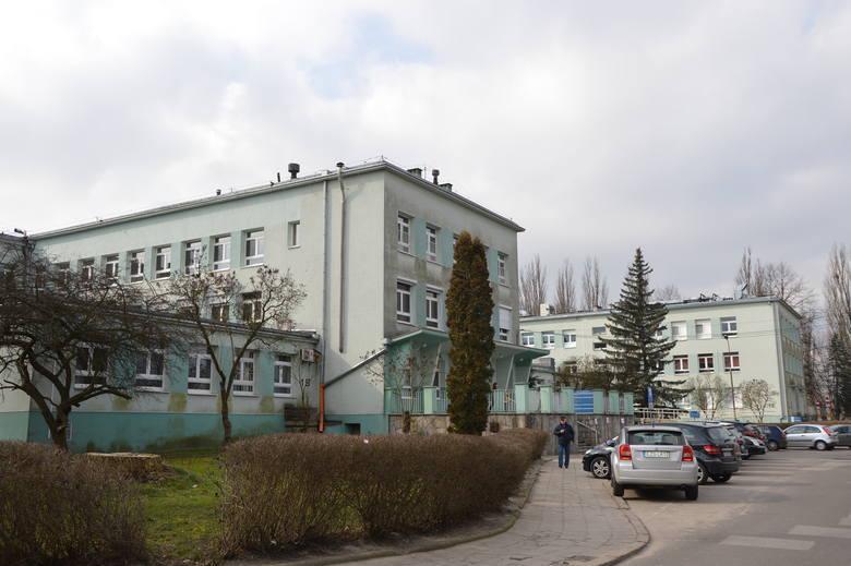 Szokujące zdjęcia pojawiły się w dziś (22.11) w sieci, które miały zostać zrobione w Wojewódzkim Szpitalu Specjalistycznym w Zgierzu.Na fotografiach