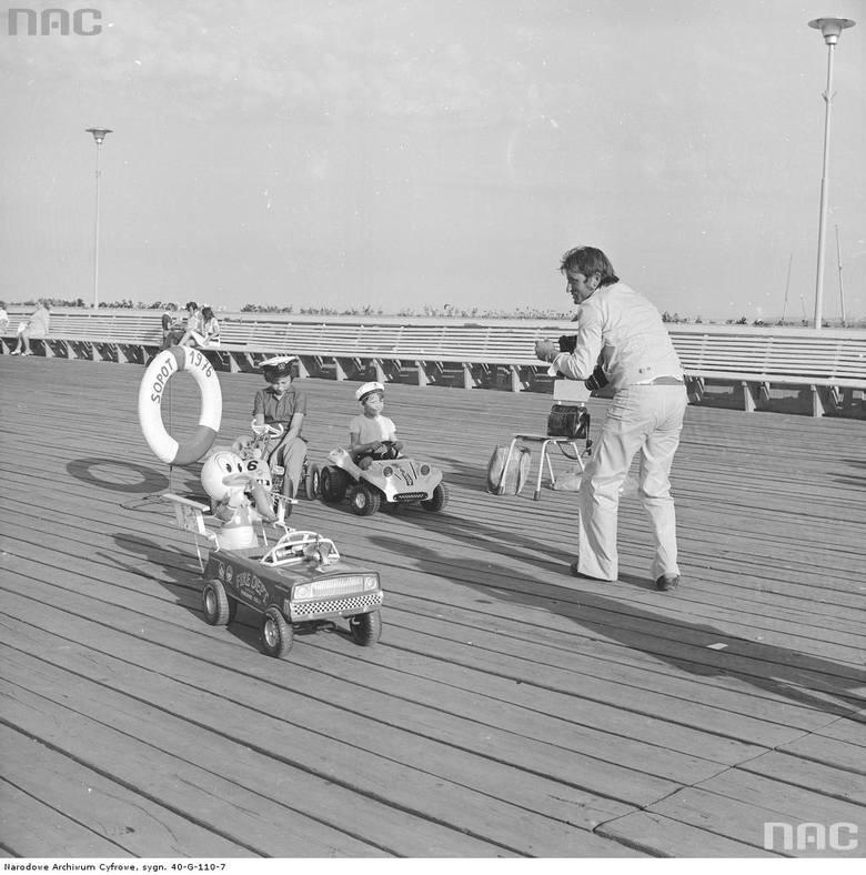 Fotograf fotografujący dzieci na samochodzikach na molo.Data wydarzenia: 1976-08Remont molo w Sopocie może pochłonąć nawet 100 tys. złotychZobacz też