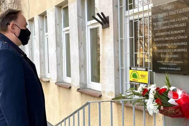 Miejscem, gdzie  złożono kwiaty była tablica upamiętniająca Przemysława Gosiewskiego, posła i wicepremiera. Tablica znajduje się na budynku filii Uniwersytetu