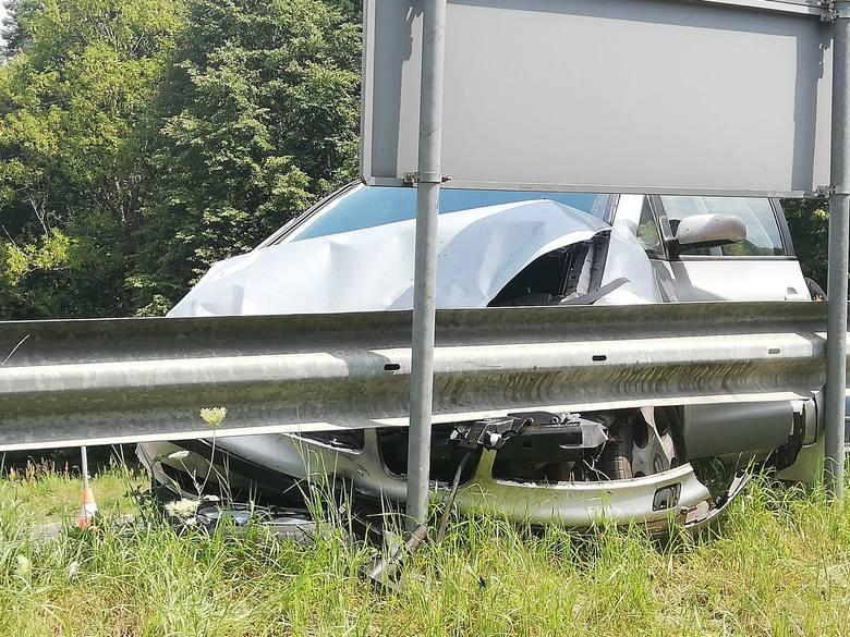 W niedzielne popołudnie na skrzyżowaniu drogi wojewódzkiej nr 163 z drogą nr 152 doszło do zderzenia dwóch samochodów osobowych. Pojazdami podróżowało