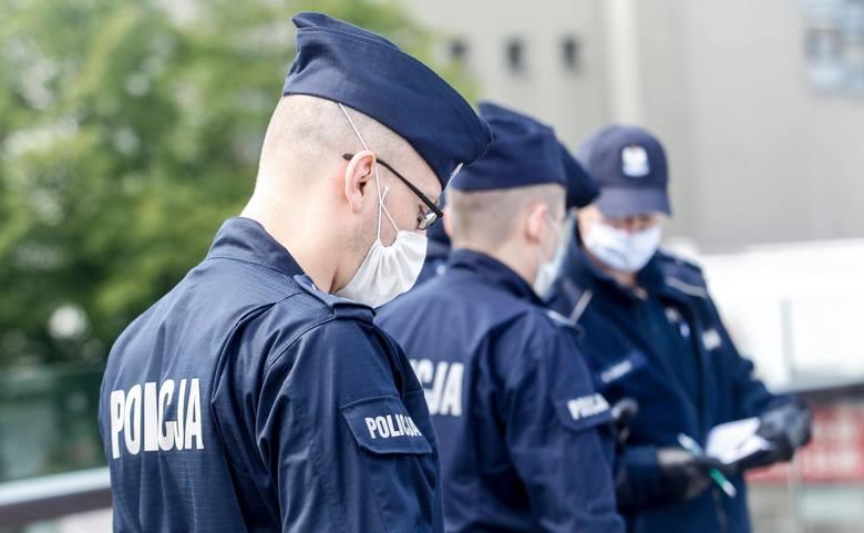 """20 godzin prac społecznych. To wyrok, jaki w poniedziałek usłyszał przed wrocławskim sądem Aleksander B. obwiniony o """"oddanie gazów"""" w czasie legitymowania"""
