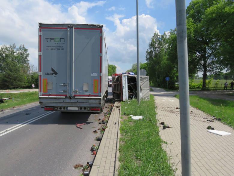 W zdarzeniu brały udział trzy osoby (kierowcy obu pojazdów oraz osoba postronna, idąca chodnikiem, uderzona fragmentem konstrukcji pojazdu).
