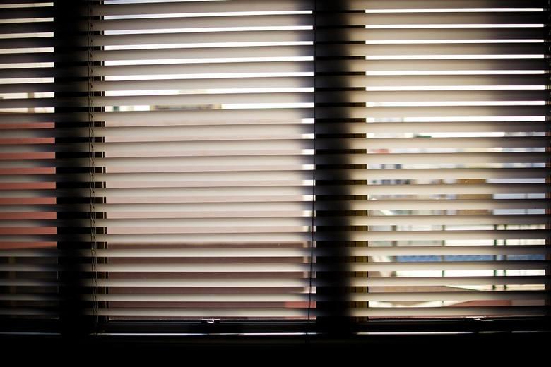 Zasłonięcie okien spowoduje, ze promienie słoneczne nie będą docierać do wnętrza domu. Promienie słoneczne nagrzewają wnętrze domu. Skuteczniejsze okażą