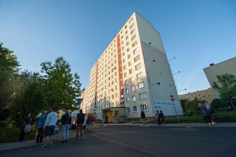 Dzisiaj po godzinie 19 w Koszalinie strażacy podjęli decyzję o ewakuacji mieszkańców z dwóch wieżowców przy ul. Władysława IV. Nieco później zapadła