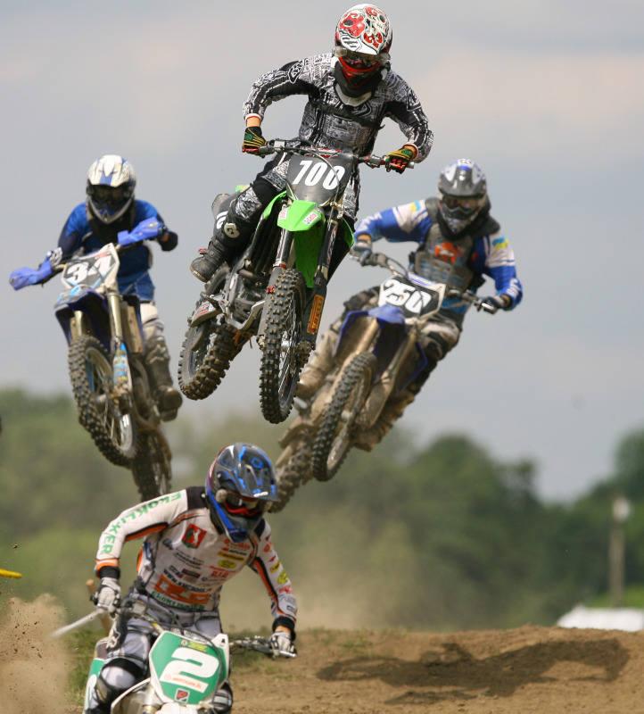 Zawody w motocrossie są bardzo widowiskowe. Zawodnicy ścigający się w trudnym terenie przy pełnej prędkości, osiągającej 50-70 km/h, potrafią wykonywać