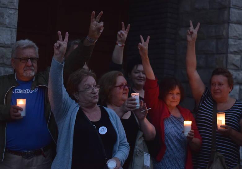 Protestujący przeciwko zmianom w sądownictwie zebrali się w piątkowy wieczór przed gmachem Sądu Rejonowego w Jarosławiu. Zjawili się mieszkańcy Jarosławia