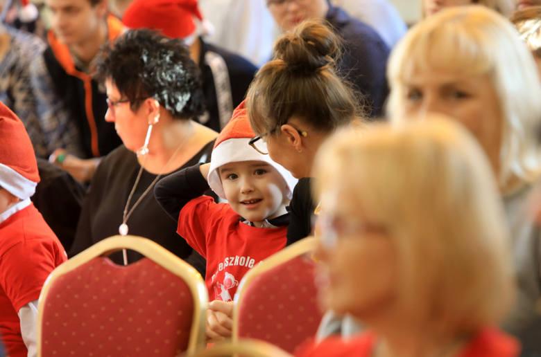 Dziś (3 grudnia) w Szkole Podstawowej nr 19 zorganizowano integracyjne spotkanie mikołajkowe. Uczestniczyło w nim 200 dzieci - także niepełnosprawni
