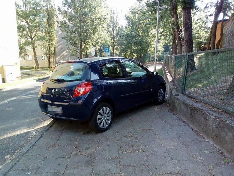 Renault na tablicach z Krosna Odrzańskiego stał na ul. Witebskiej niedaleko przedszkola. Widać, że mistrz parkowania potraktował go jak miejsce park