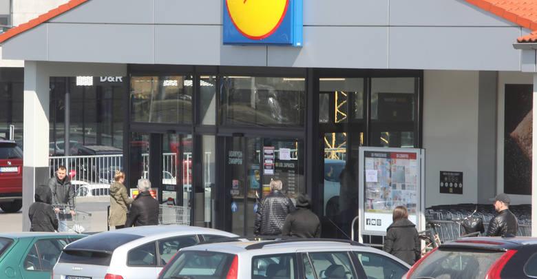 Kolejne obostrzenia, które w związku z zagrożeniem koronawirusem wprowadził rząd, sprawiły, że sceny pod wielu sklepami w Rzeszowie przypominały dziś