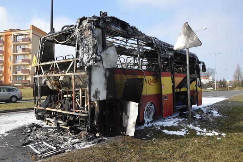 Do pożaru autobusu MZK doszło około godziny 10. Pojazd zapalił się na ul. Jana Pawła II, niedaleko ronda i ul. Zielonogórskiej. - Na miejscu pracują