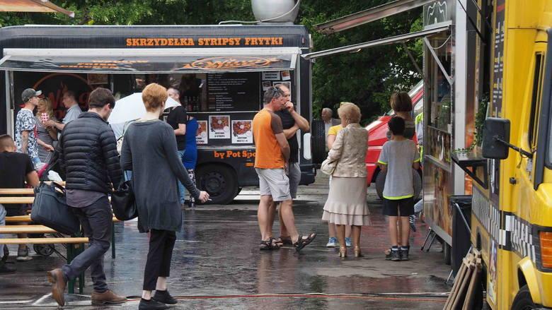 24 maja - godz. 16:00-21:00/25-26 maja - godz. 12:00-21:00 - Festiwal Smaków Foodtrucków. Parking przy Amfiteatrze