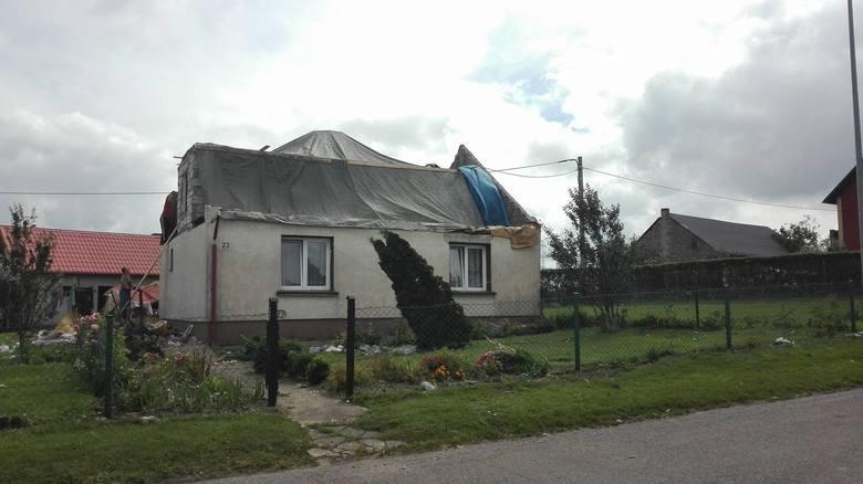 Nocna burza, której towarzyszył silny wiatr wyrządziła ogrom zniszczeń w miejscowości Nakla w gm. Parchowo. Wiatr pozrywał dachy z domów, połamał także