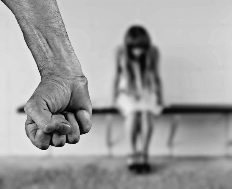 Jeśli jesteś świadkiem różnego typu przemocowych zachowań, za ścianą często słyszysz awantury, nietypowe hałasy, płacz dziecka i krzyki – nie pozostawaj