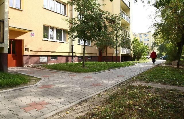Obrzeża chodników wokół bloków są spryskiwane środkiem chwastobójczym. Część lokatorów twierdzi, że szkodzi on psom.