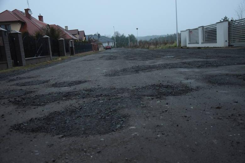 Ulica Arctowskiego nie jest w najlepszym stanie. Dziury są tu jednak regularnie łatane.