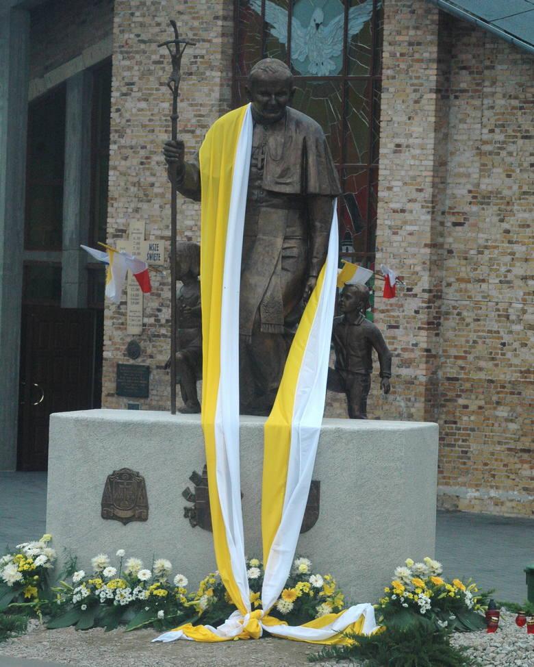 Pomnik Jana Pawła II na terenie parafii pw. Ducha Świętego w Zielonej Górze.