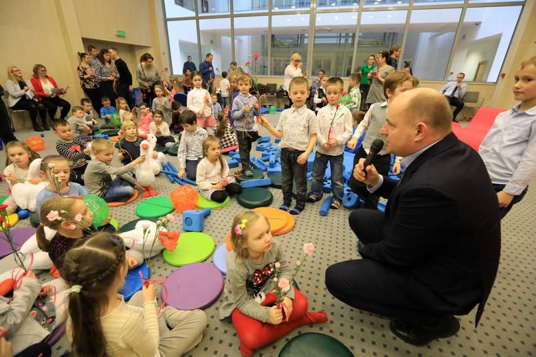 Dzięki marszałkowskim środkom rodzice z naszego regionu po raz kolejny otrzymają wsparcie na pokrycie kosztów opieki nad maluchami.