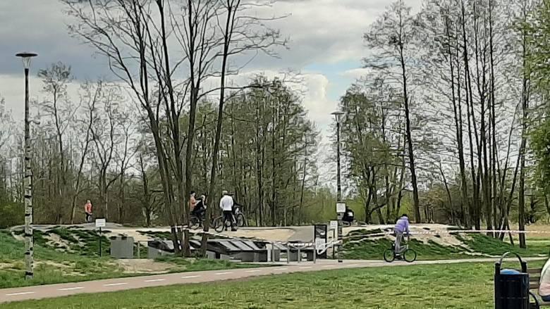 Pumptrack w Pabianicach owinięty taśmami, a rowerzyści i tak jeżdżą ZDJĘCIA