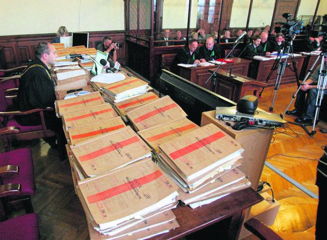 Stosy akt sprawy śląskiej mafii paliwowej podczas procesu