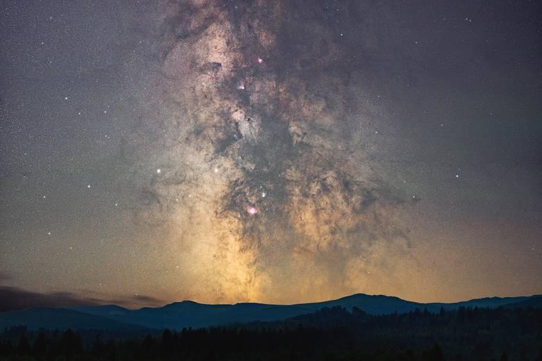 - Jasne centrum naszej galaktyki nazywanej Drogą Mleczną to niezwykle wdzięczny obiekt do fotografowani. Zdjęcie to jest próbą ukazania Wam piękna skomplikowanych